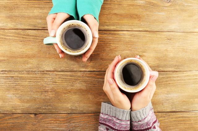 手で覆ったホットコーヒー