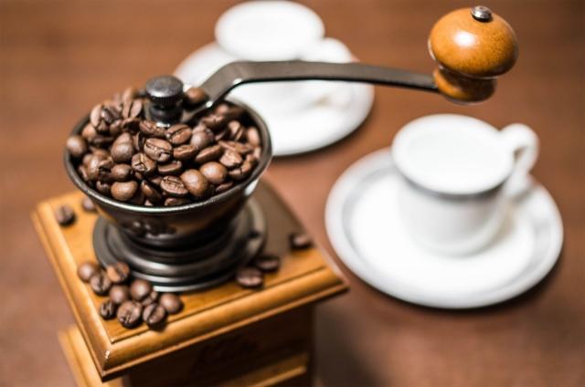 コーヒーミルと白いコーヒーカップ