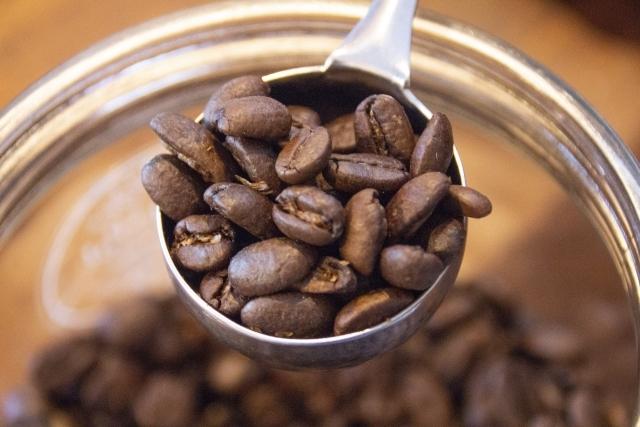 コーヒースプーンで掬ったコーヒー豆