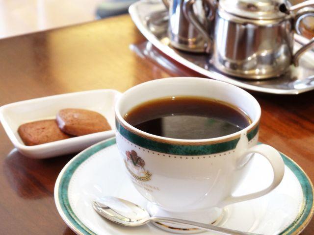淹れたてのコーヒーとビスケット