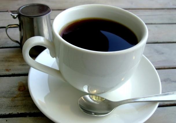 白いコーヒーカップに淹れたコーヒー