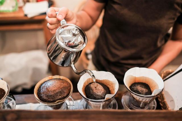 3つのコーヒーをドリップする